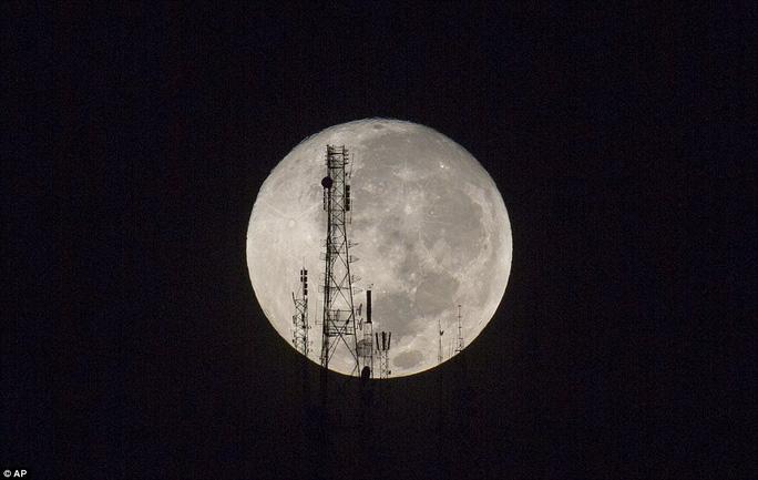 Mặt trăng khổng lồ ở Haiti. Ảnh: AP