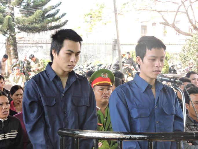 Bị cáo Lang Huy Mân (trái) và Nguyễn Văn Hùng tại phiên tòa sơ thẩm