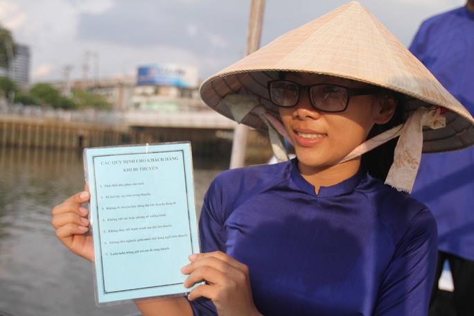 Du khách được phổ biến về các quy định an toàn trước khi lên thuyền