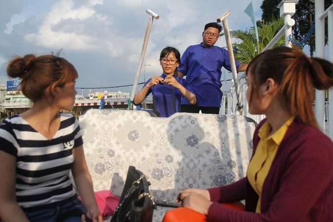 Hướng dẫn viên chỉ dẫn cho du khách sử dụng áo phao