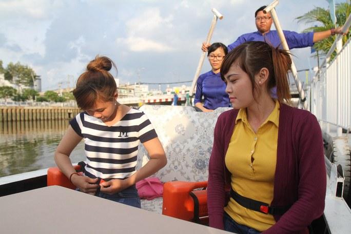 Du khách tham quan bằng thuyền trên kênh Nhiêu Lộc - Thị Nghè được phát một loại phao cứu sinh đặc biệt