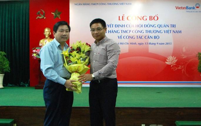 Ông Nguyễn Thanh Tùng (bên trái) tại thời điểm tháng 9-2015 khi chuyển từ VietinBank sang DongA Bank, ảnh: Vietinbank.