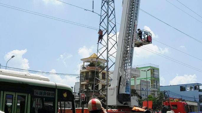 """Cứu người leo lên trụ điện cao thế """"ngắm"""" đường phố"""