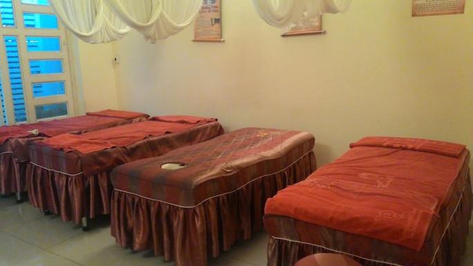 Đoàn kiểm tra phát hiện tại cơ sở 14 giường dùng để massage, trị bệnh cho khách.