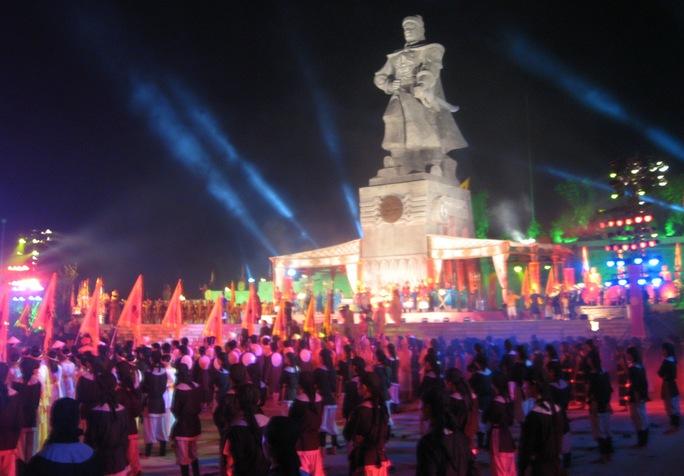 Tượng đài vua Quang Trung được xây ở núi Bân - nơi Nguyễn Huệ làm lễ lên ngôi Ảnh: QUANG NHẬT