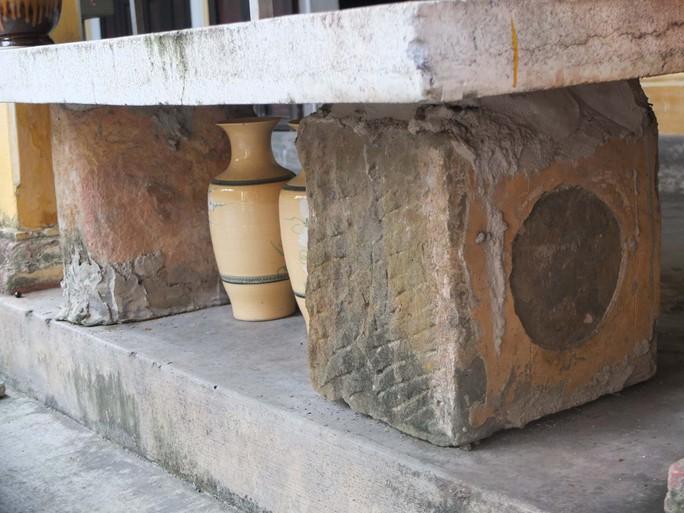 Viên đá tảng có nhiều hoa văn cổ được tìm thấy ở chùa Thiền Lâm. Ảnh: Nguyễn Đắc Xuân