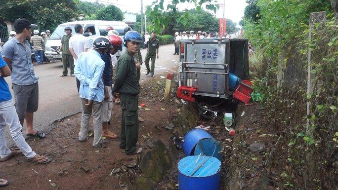 Chiếc xe máy của hai nữ sinh bị kéo xuống mương nước nằm dưới chiếc xe tải