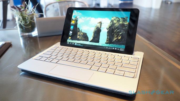 Bàn phím đi kèm có kích thước tương đương các notebook 10 inch. Do đó khi đặt tablet lên, người dùng sẽ có cảm giác mất cân đối.