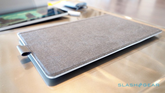 Phần nắp bảo vệ bàn phím có một móc bằng da để giữ bút cảm ứng.