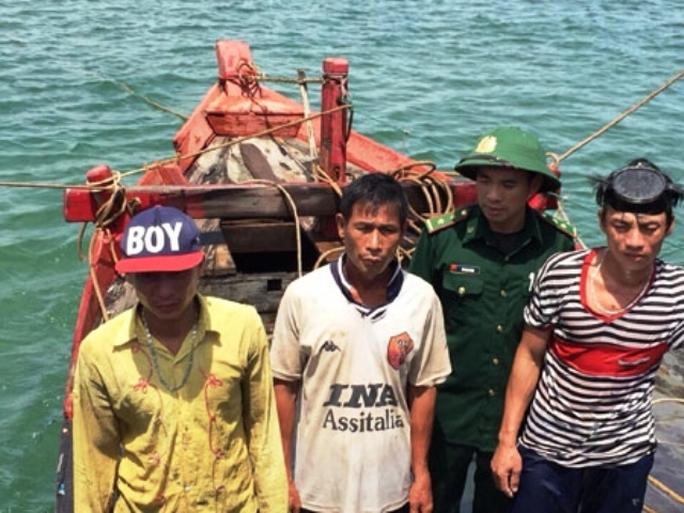Các ngư dân vừa thoát nạn.