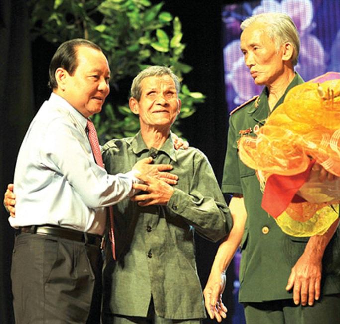 Ông Alăng Bhuôch (giữa) trong một lần gặp gỡ Bí thư Thảnh ủy TP HCM Lê Thanh Hải Ảnh: Báo Quảng Nam