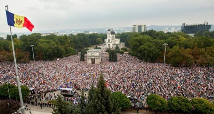 Khoảng 35.000 - 40.000 người tham gia tuần hành ở thủ đô Chisinau. Ảnh: EPA