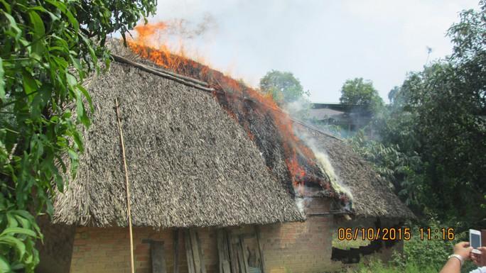 Căn nhà trên đất tranh chấp bắt lửa (ảnh do gia đình ông nhị cung cấp)