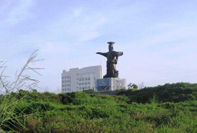 Tượng đài Đinh Tiên Hoàng Đế - một biểu tượng của người dân Ninh Bình - đang bị lãng quên giữa muôn trùng cỏ cây
