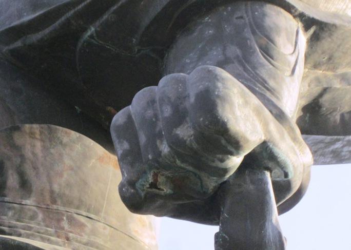 Tượng đài Vua Đinh có dấu hiệu hoen gỉ, hư hỏng