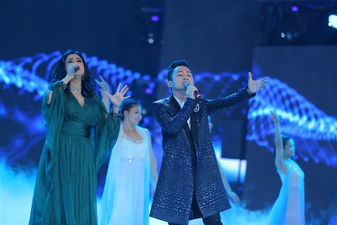 Ca sĩ Thanh Lam và Tùng Dương trình diễn ca khúc khát vọng trong chương trình khai mạc.