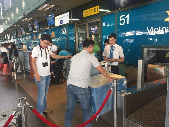 Vận chuyển thùng hàng đặc biệt lên máy bay để chuẩn cho một hành trình đặc biệt