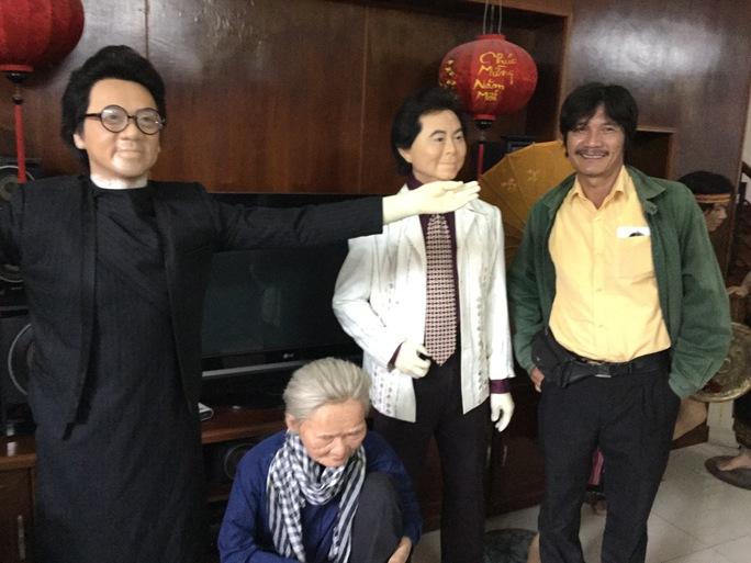 NSƯT Nguyễn Công Ninh tại xưởng đúc tượng sáp Việt - bên cạnh các bức tượng của NSƯT Thành Lộc, bà mẹ VN anh hùng Nguyễn Thị Thứ, NSND Thanh Tòng.