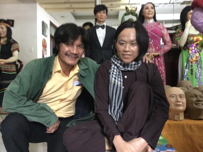 NSƯT Nguyễn Công Ninh bên cạnh bức tượng sáp của NS Hoài Linh