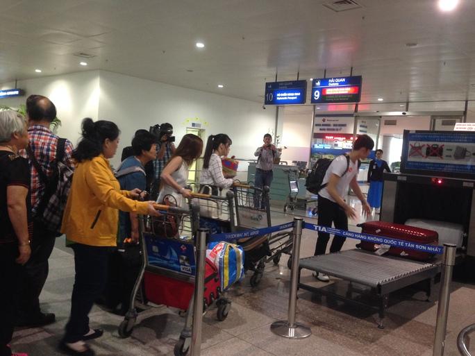 Hành khách chiều về qua cửa kiểm soát hải quan tại Cảng Hàng không quốc tế Tân Sơn Nhất - Ảnh: Phương Nhung