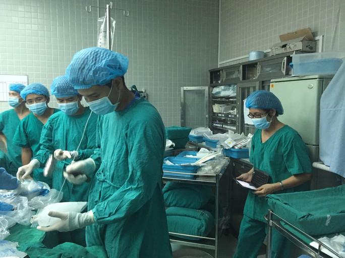 Đập đá để chuẩn bị bảo quản tạng sau khi được đưa ra khỏi ổ bụng