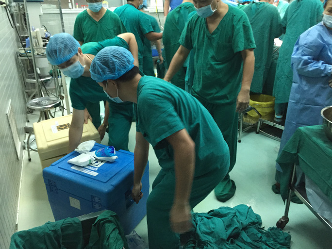 Ngay lập tức được vận chuyển ra xe cứu thương để đưa thẳng ra sân bay Tân Sơn Nhất lên chuyến bay về Hà Nội