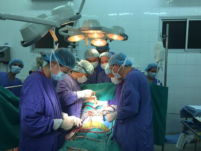 Theo GS Sơn, lẽ ra lá gan của người hiến tạng đã được dành cho một người đàn ông trẻ bị xơ gan, ung thư gan giai đoạn cuối. Tuy nhiên, vào phút cuối, bằng các kiểm tra chuyên sâu, các bác sĩ phát hiện người đàn ông này bị di ăn lên phổi nên vĩnh viễn không còn cơ hội...