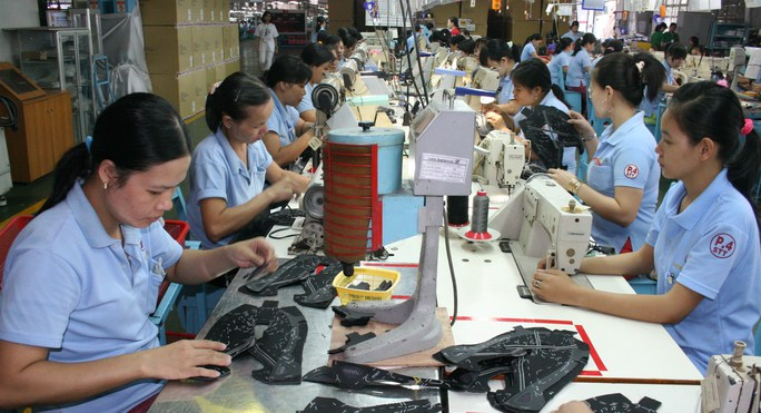 Thu nhập quá thấp khiến số đông công nhân phải tăng ca mới có thể trụ lại TP HCM ẢNH: KHÁNH AN