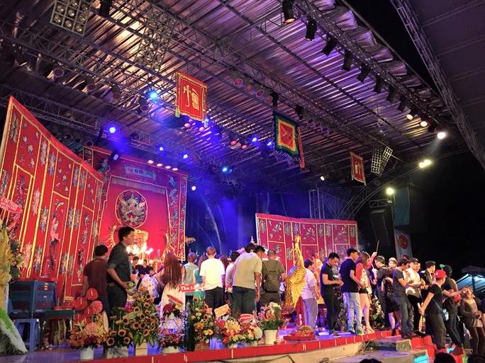 Hàng ngàn khán giả chen nhau lên sân khấu 126 thắp hương trong ngày cúng Tổ do danh hài Hoài Linh tổ chức
