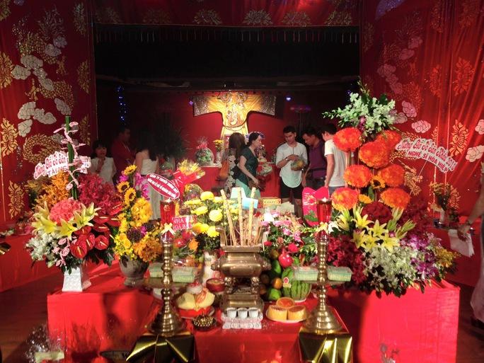Sân khấu kịch Hồng Vân tổ chức lễ Giỗ Tổ sân khấu với sự tham dự của đông đảo diễn viên trẻ