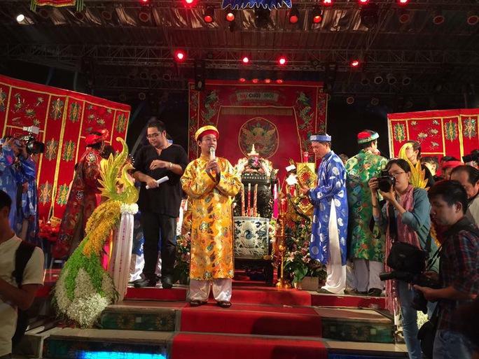 Vũ Văn Long thuộc Sân khấu Nụ cười mới nói lời tri ân khán giả trong ngày giỗ Tổ sân khấu