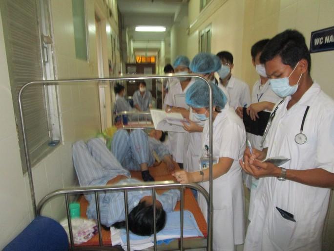 Giường ở hành lang BV bệnh nhiệt đới Trung ương, bệnh nhân cũng phải nằm ghép do quá tải bệnh nhân SXH