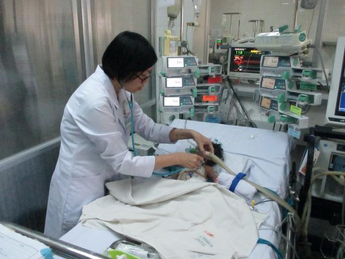 Bé Nguyễn Thị Ngọc Nhi đang được điều trị hậu phẫu tại khoa Hồi sức ngoại