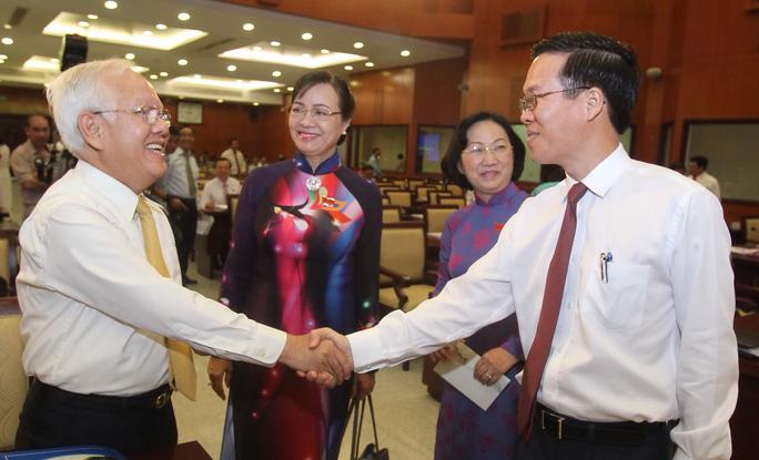 Các đại biểu thảo luận trước giờ khai mạc