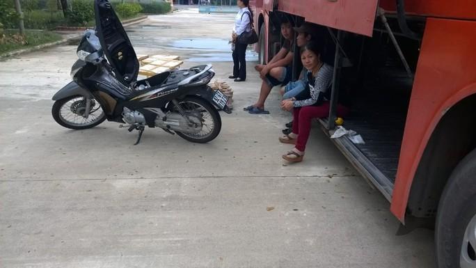 Ngoài việc vận chuyển đồ thối, xe khách còn vận chuyển chiếc xe mất trộm Ảnh: CSGT cung cấp