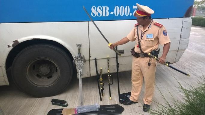 Hàng nóng được phát hiện trên xe khách sáng 31-10 Ảnh: CSGT cung cấp