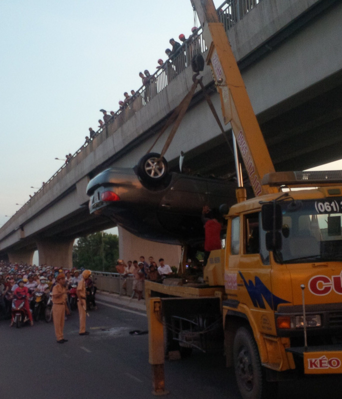 Lực lượng cứu hộ cẩu xe tải, giải tỏa hiện trường