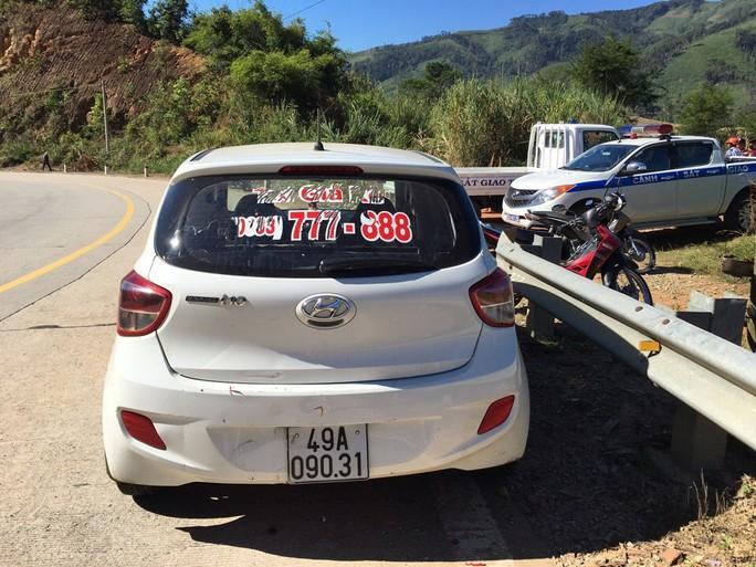 Xe taxi bị 4 đối tượng cướp
