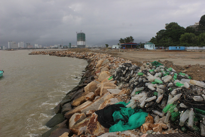Kè biển lấn vịnh Nha Trang trái phép - ảnh Kỳ Nam