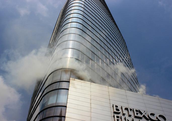 Khói cuồn cuộn bốc lên từ tầng 6 của tòa nhà