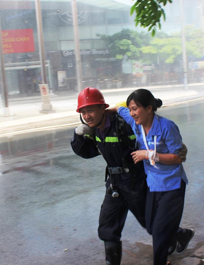 Người bị thương nhanh chóng được chuyển đến nơi an toàn