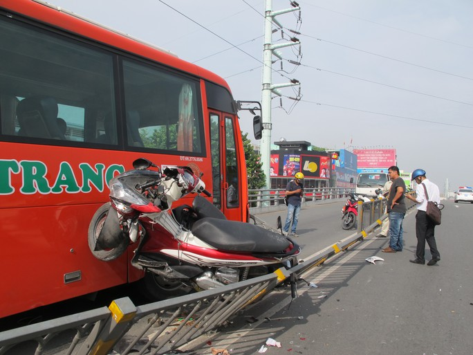 Hàng loạt xe bị tông như thế này