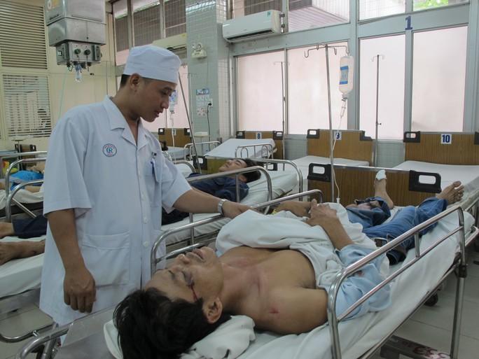 Anh Đỗ Văn Phúc quần áo rách bươm, đau đớn trên băng ca