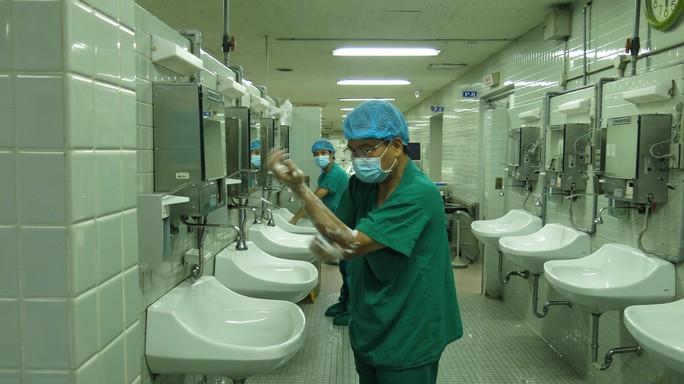 GS Nguyễn Hữu Ước, Trưởng Khoa Tim mạch lồng ngực rửa tay trước khi vào cuộc phẫu thuật lấy tạng từ người cho chết não tại BV Chợ Rẫy