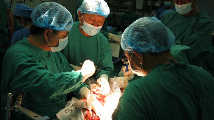 Cùng các đồng nghiệp BV Chỡ Rẫy phẫu thuật lấy tạng
