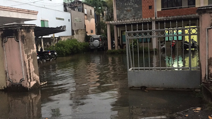 Nước tràn vào một cơ quan nhà nước trên đường 3-2