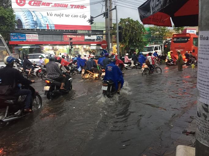 Mưa lớn kéo dài 2 giờ, dân Cần Thơ lội nước về nhà