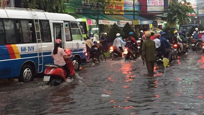 CSGT vất vả điều tiết tại ngã tư đường Nguyễn Văn Linh và 3-2