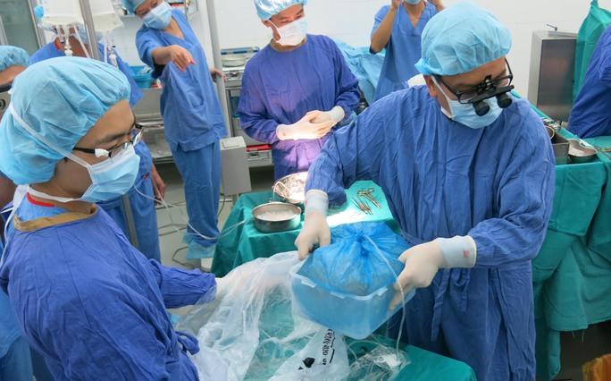 Có mặt tại BV lúc 23h30 đêm 4-9 quả tim được đưa và phòng môt để chuẩn bị các bước trước khi ghép cho bệnh nhân suy tim