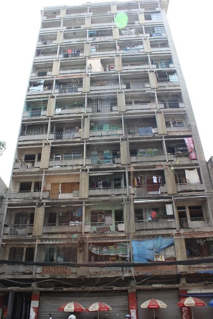 Chu cư 727 ngày nào bê tông cũng rớt nhưng vẫn còn một số hộ dân sinh sống.